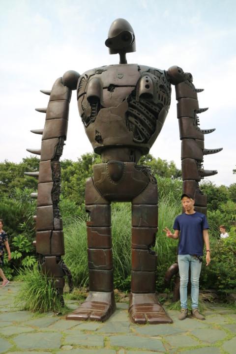 ロボット兵と成人男性の対比